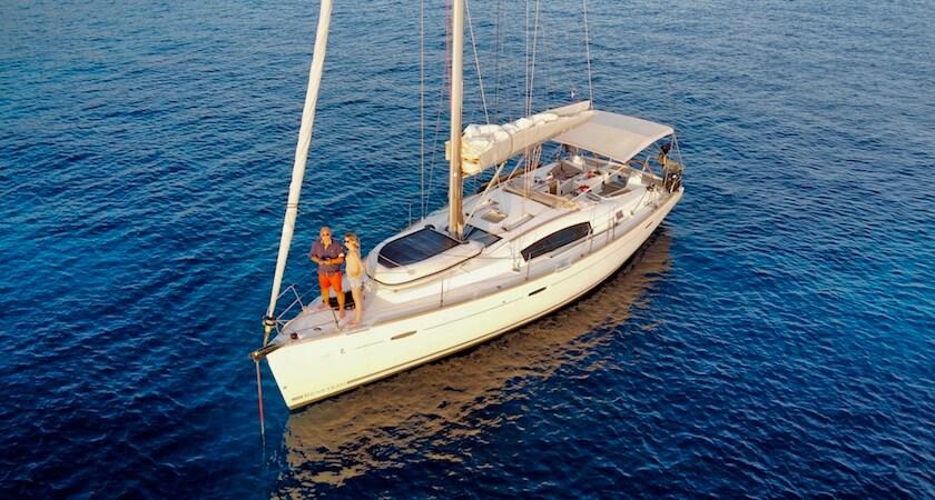 Vianney et Alice  en pleine navigation sur un Oceanis 43