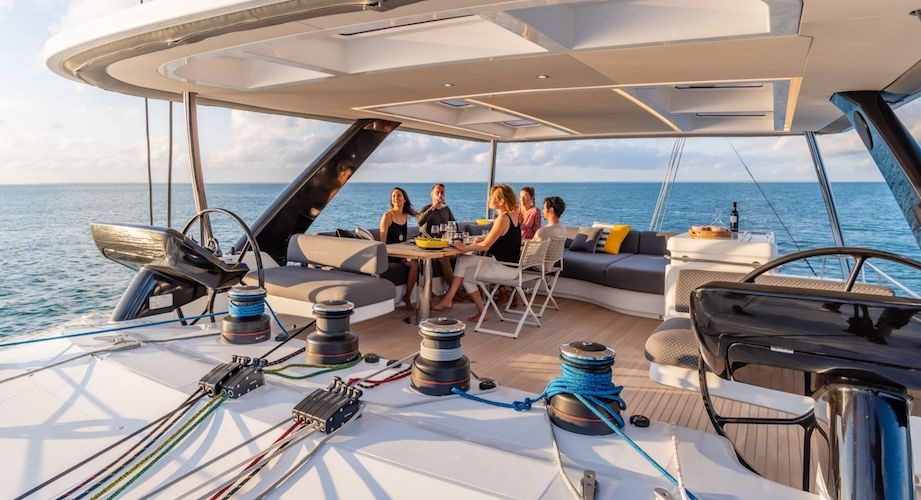 repas sur le catamaran