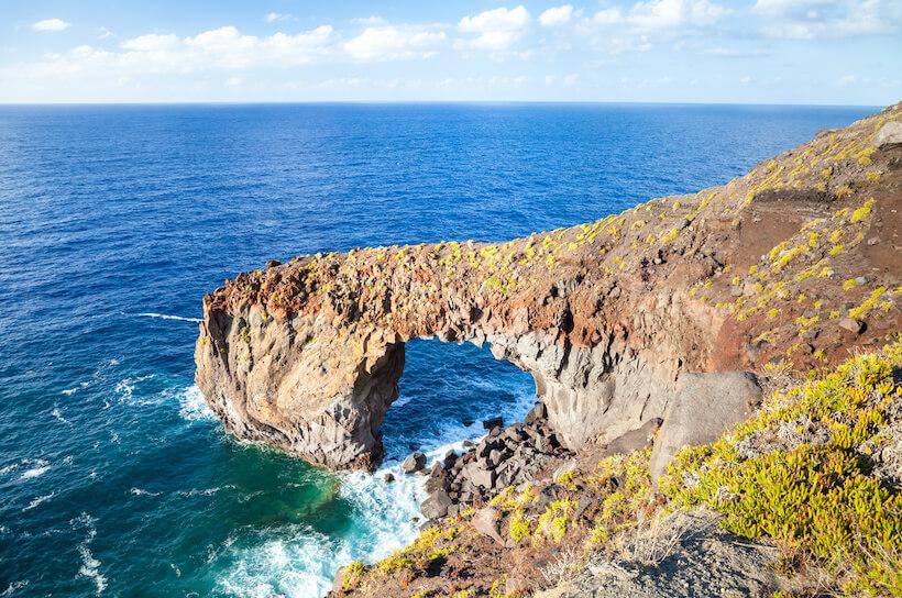 Alte scogliere e arco scavato nella roccia a Punta Perciato