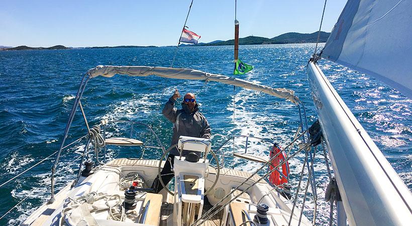 Rémi, skippant le voilier dans l'archipel des Kornati