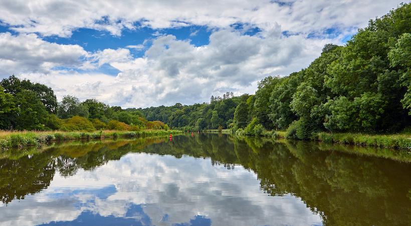 Naviguer sur le canal de l'Ille et Rance, en pleine nature