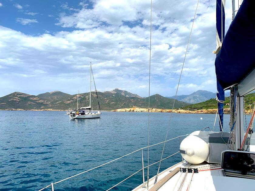 Vue depuis un Sun Odyssey sur un autre voilier monocoque à Galéria au Nord d'Ajaccio