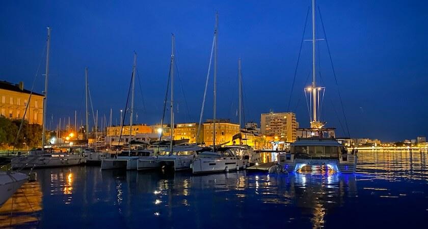 Légende : Vue sur le port de Zadar de nuit (photo de Laurent)