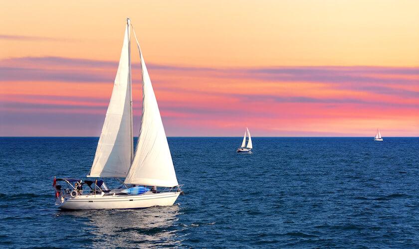 Navigation au soleil couchant sur un voilier