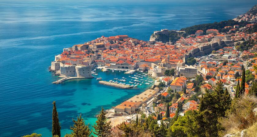 Vue sur la vieille ville et le vieux port de Dubrovnik