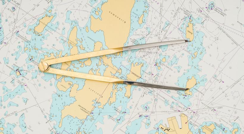 carte marine et compas