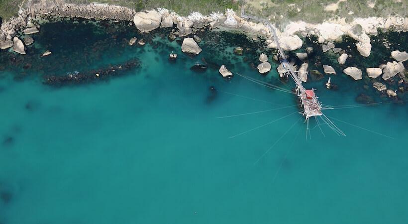 Tipico trabocco da pesca visto dall'alto