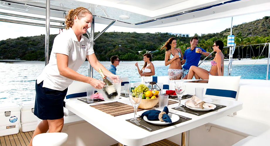 hôtesse sur le catamaran