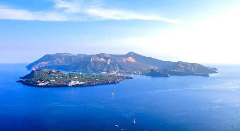 Barche ormeggiate vicino l'isola di Vulcano