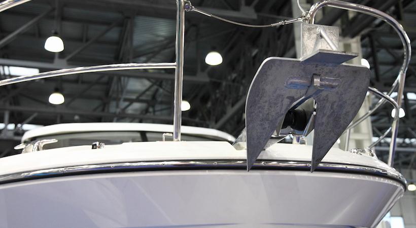 Ancre plate, mise a poste, à l'avant du bateau