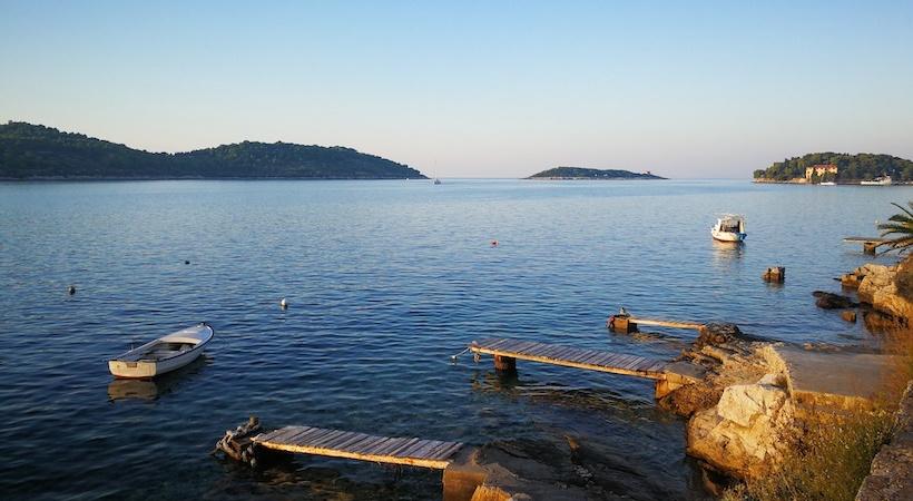 Port de pêcheur aux alentours dans les îles Dalmates