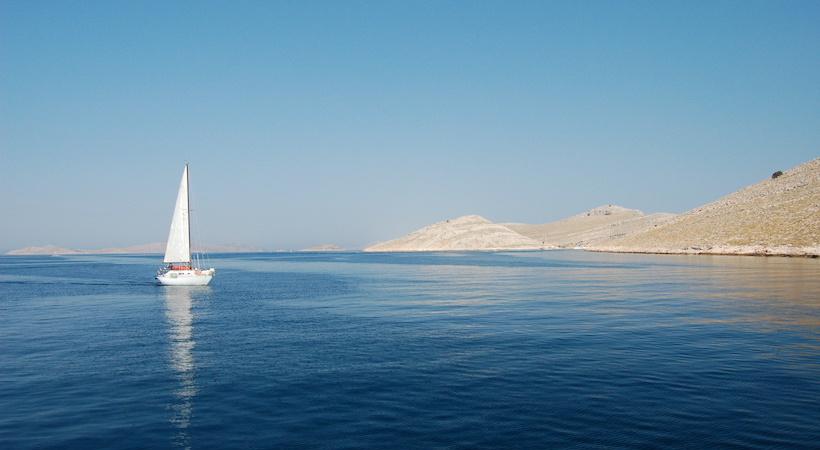 Voilier naviguant dans l'archipel des Kornati