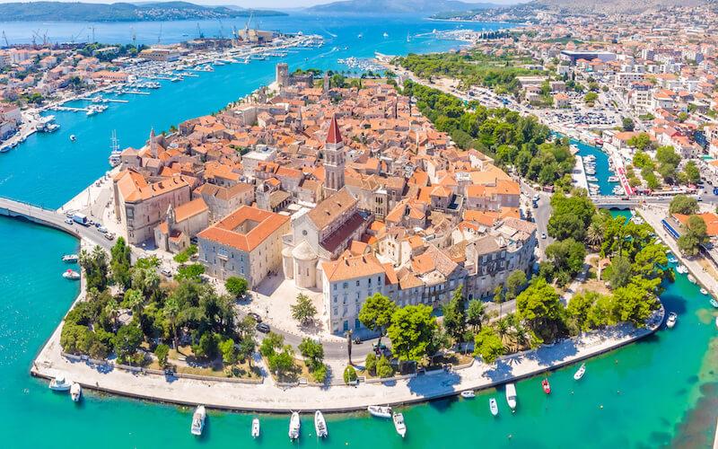 Petite ville médievale de Trogir construite sur l'eau