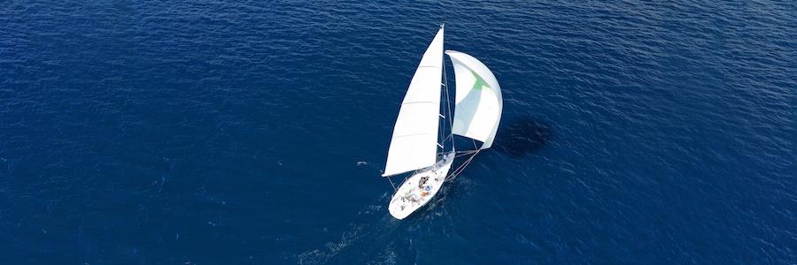 Voilier naviguant en mer et faisant face au vent.