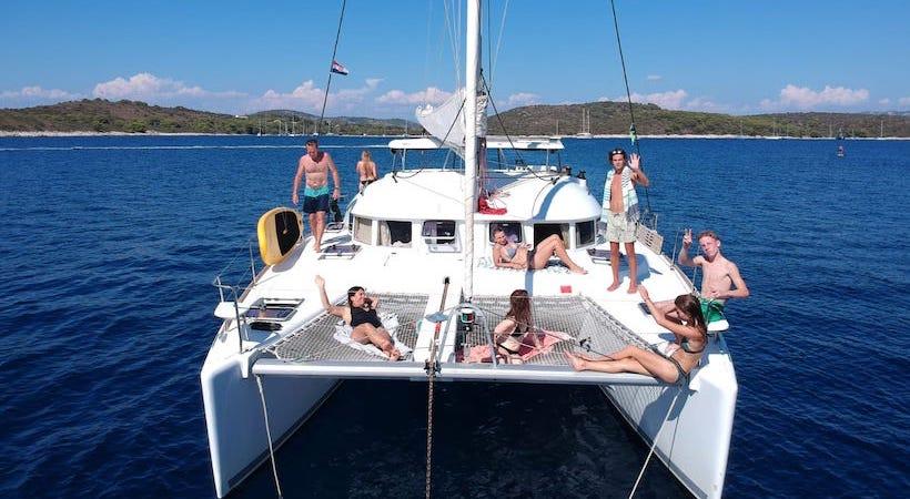 Séance de bronzage en famille sur le catamaran