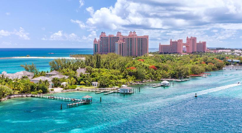 Longer la côte de la ville de Nassau en bateau