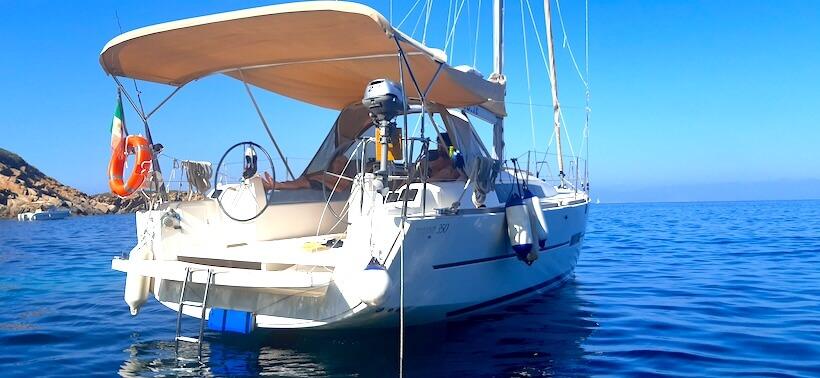 dormendo in barca su un Dufour 350 a baia delle cannelle sull'isola del giglio