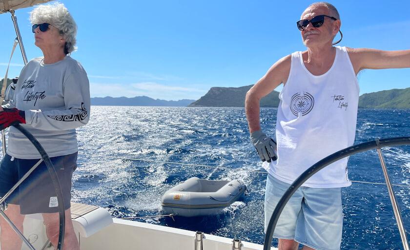 Jean et Claude en pleine navigation sur un Dufour 410
