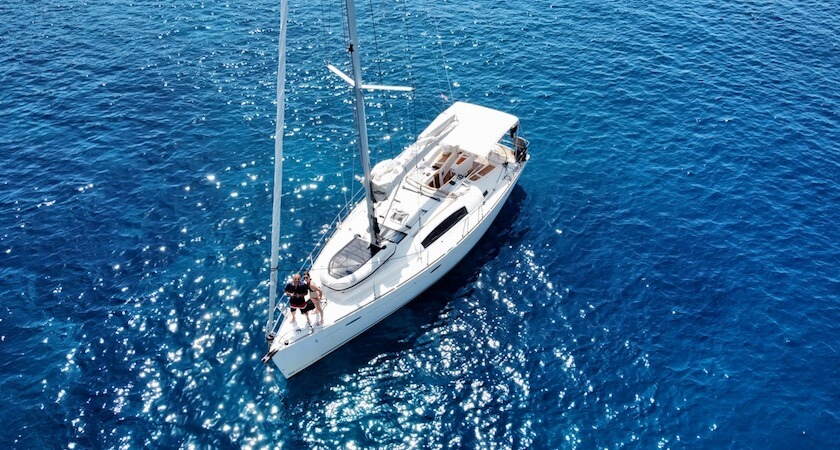 Vue du ciel sur un Oceanis 43 au large des côtes croates