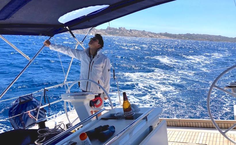 il capitano controlla la randa