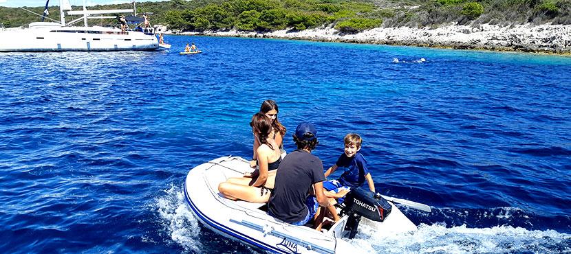 bateau qui navigue en Croatie