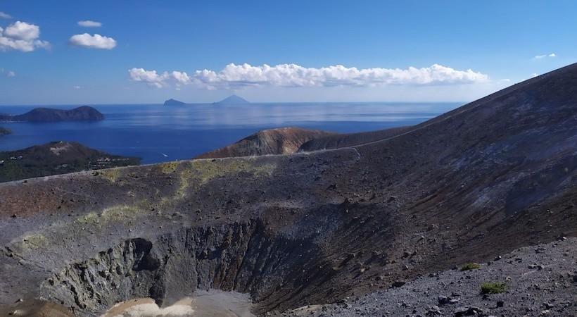 Vue sur Stromboli depuis le cratère du volcan de l'île de Vulcano